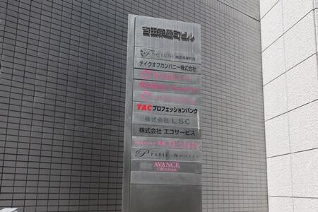 阪急梅田駅(茶屋町口)から徒歩 3 分ほどの場所にある恋肌(こいはだ)梅田茶屋町店