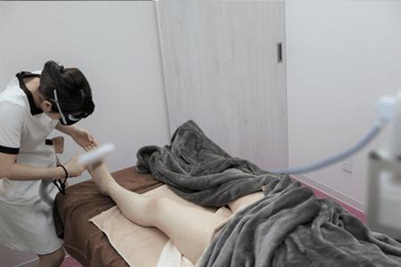 恋肌(こいはだ)梅田茶屋町店で足の表を施術